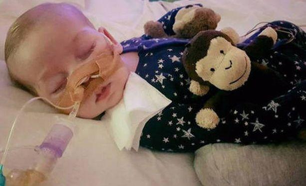 Lääkäreiden mukaan Charlie on sokea ja kuuro, kärsii vakavasta aivovauriosta eikä lihasten rappeutumisen vuoksi pysty liikkumaan.
