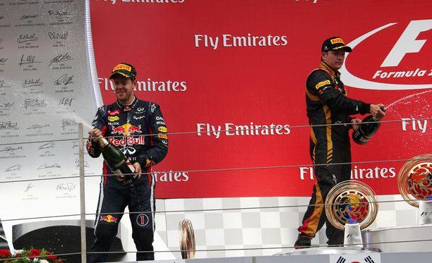 Sebastian Vettel (vas.) ja Kimi Räikkönen nauttivat kuohujuomasta.
