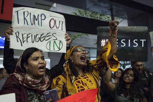 Ihmiset kerääntyivät San Franciscon kansainväliselle lentokentälle osoittamaan mieltään muslimimaiden kansalaisten maahantulokieltoa vastaan lauantaina.
