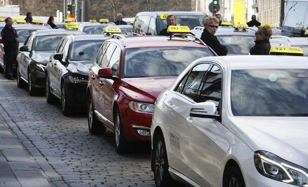 Taksiautoilijat osoittivat viime keväänä Helsingissä mieltään liikennelain uudistuksen vuoksi.