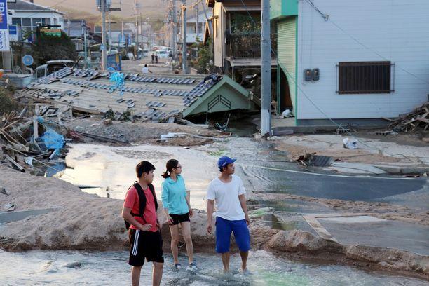 Japanin rankkasateiden aiheuttamissa maanvyöryissä ja tulvissa surmansa on saanut ainakin 156 ihmistä.