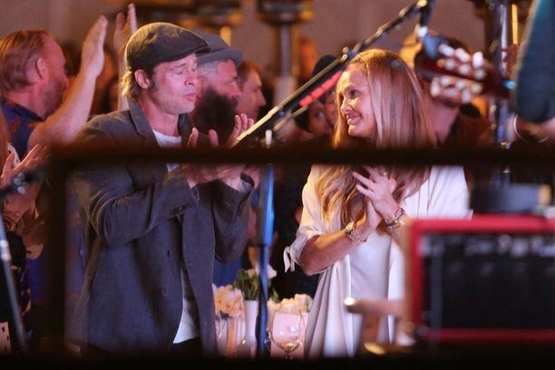Brad Pitt viihtyi hyväntekeväisyysgaalassa uuden naisseuralaisen kanssa.