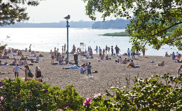 Näin vietettiin kesäpäivää Hietarannan uimarannalla vajaa kymmenen vuotta sitten 11. heinäkuuta 2010. Luvassa saattaa olla pian samanlainen hellejakso.