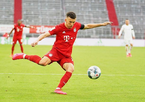 Bayern Münchenin Ivan Perisic pyrkii heiluttamaan Düsseldorfin maaliverkkoa.