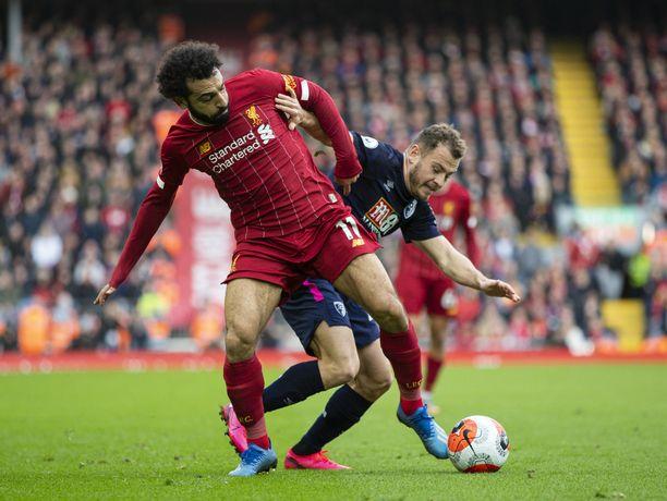 Bournemouthin Ryan Fraser (oik.) ja Liverpoolin Mohamed Salah taistelivat pallosta vielä maaliskuussa ennen kuin Valioliiga meni tauolle koronapandemian takia.