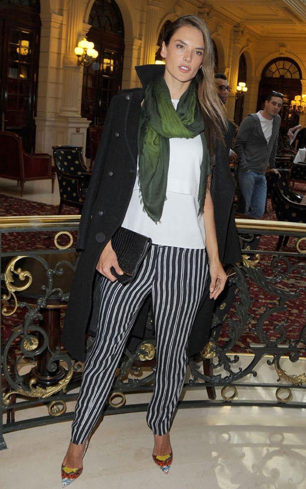 Alessandra Ambrosion printtihousujen kangas ei veny, mutta housut ovat tarpeeksi lökömalliset ollakseen mukavat päällä.