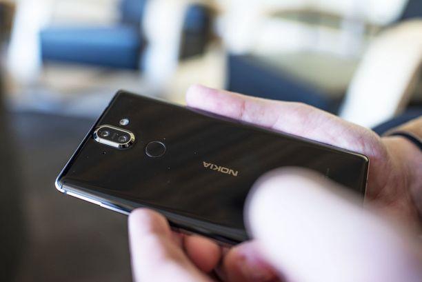 Nokia 8 Siroccon takaa löytyy tuplakamera sekä sormenjälkitunnistin.