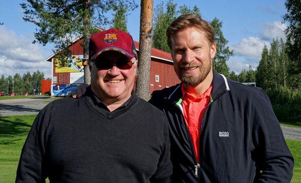Kimmo Timonen lähtee elokuussa Philadelphiaan. Vierellä hyväntekeväisyysgolfin tunnelmissa Mikko Juntunen.