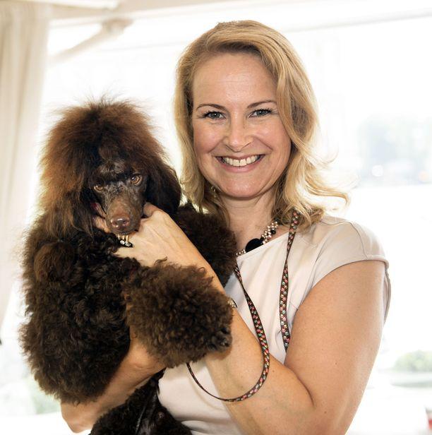 Nykyään 53-vuotias Nina Björnström on ansioitunut villakoirakasvattaja.