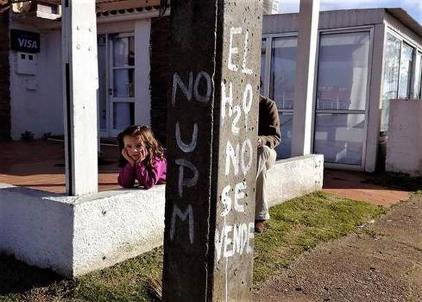 """Seinäkirjoitus La Paloman kaupungissa Uruguayn itärannikolla: """"Ei UPM:lle. Vesi ei ole myytävänä""""."""