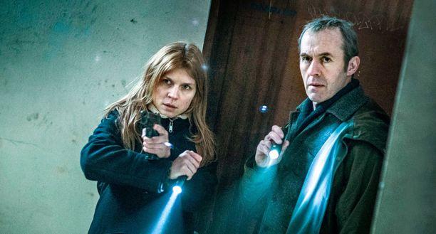 Elise ja Karl ryhtyvät tutkimaan The Tunnelissa murhia yhdessä.
