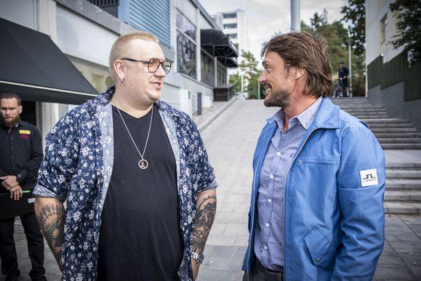 Arttu Wiskari ja Teemu Selänne ovat molemmat kasvaneet Espoossa. Selänne on aikoinaan viettänyt nuoruutensa aivan kivenheiton päässä Wiskareiden vasta-avatusta ravintola Wiskarilasta.