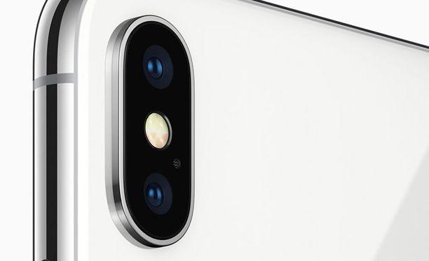 Käyttäjät ovat kertoneet kameran suojalasin halkeilleen itsekseen.