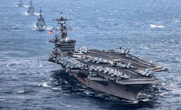 Yhdysvaltain ydinkäyttöinen lentotukialus USS Carl Vinson on matkalla kohti Korean niemimaan edustaa.
