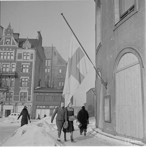 Rauhanehdot olivat kovat 13.03.1940. Helsingissä rauhaa juhlittiin liput puolitangoissa.