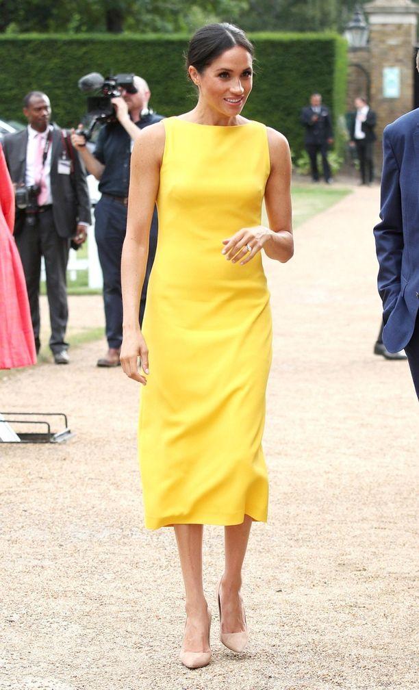 Meghan Markle edusti viikko sitten keltaisessa, tyylikkäässä kesämekossa.