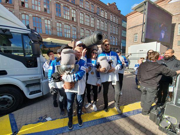 Pelaajat saapuivat tykin kanssa Tampereen torille.