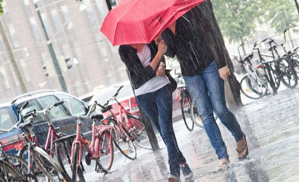 Kesäkuu oli tavallista kylmempi. Myös sateita saatiin ympäri maata.