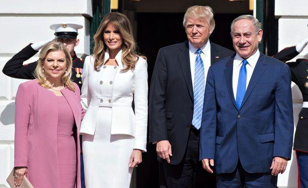 Israelin pääministeri Benjamin Netanjahu ja USA:n presidentti Donald Trump vaimoineen tänään Washingtonissa.