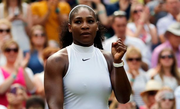 Serena Williams pelaa siskonsa tavoin Wimbledonin välierässä.