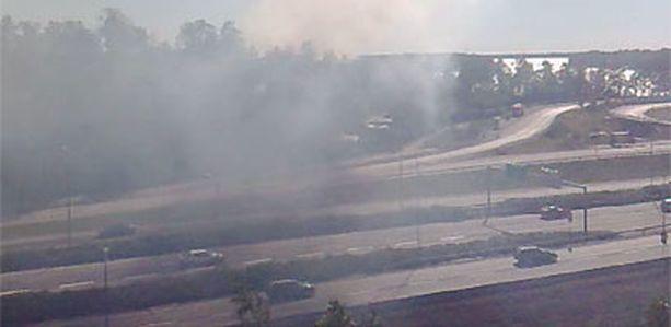 Maastopalo aiheutti sankkaa savua Länsiväylän ylle.