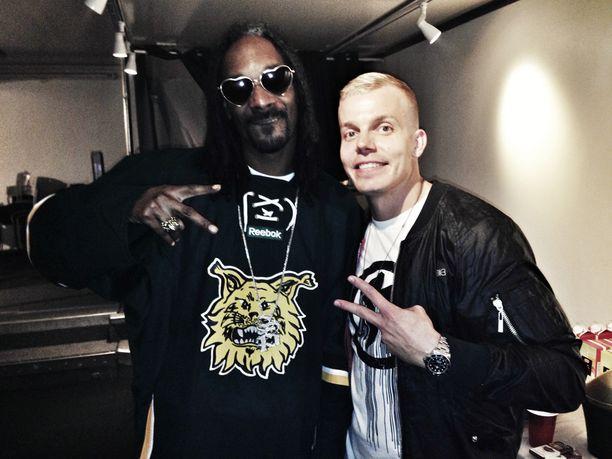 Elastinen ja Snoop Dogg kohtasivat Tampereella viime vuonna. Miesten yhteinen biisi julkaistaan huhtikuussa.