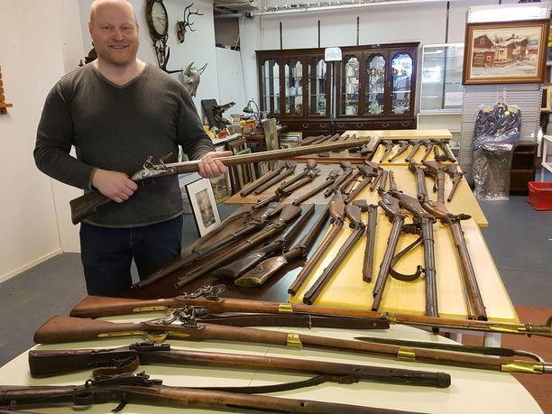 Huutokauppakeisari Sami Taustila sai arvokkaan ja Suomessa harvinaisen kuolinpesän huutokauppaansa: 42 asetta, jopa 1600-luvulta. Pöydällisen arvo on jopa 40 000 euroa.