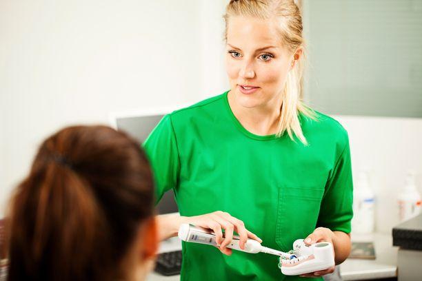 Nykyisin yhä vanhemmilla ihmisillä on omat hampaat suussaan. Ientulehdusten riski kasvaa, kun motoriikka heikentyy ja hampaiden puhdistamisesta voi tulla vaikeampaa.