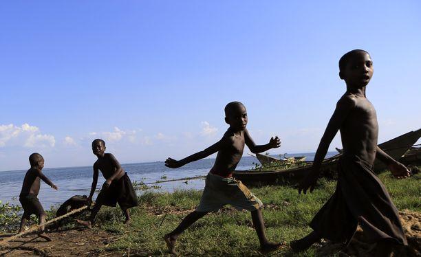 Lapsia leikkimässä Albert-järven rannalla Panyimurin kalastajakylässä. Kuva otettu 30. marraskuuta 2013. Kuvituskuva.