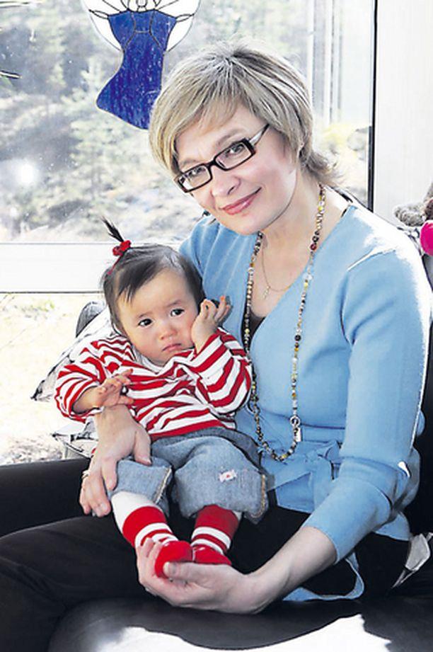 RAKASTETTU Paula Risikon perheen sydänkäpy on Aino.