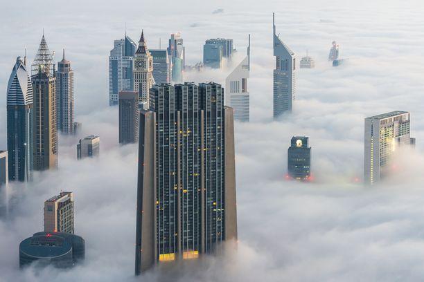 Harvinaista herkkua. Sumu peittää Dubain pilvenpiirtäjät.