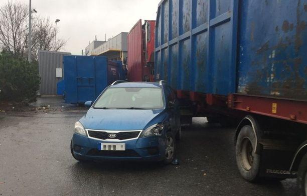Rekka murjoi pahasti henkilöautoa ja parkkipaikan reunalla olevia kierrätyspisteen astioita.