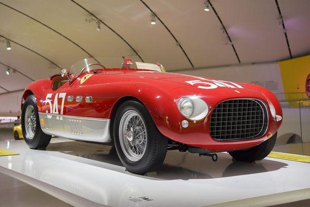 """""""Lentävä paroni"""" Giannino Marzotto voitti tällä Ferrari 340 MM Vignalella vuoden 1953 Mille Miglia-kilpailun sonnustautuneena pikkutakkiin, paitaan ja solmioon."""