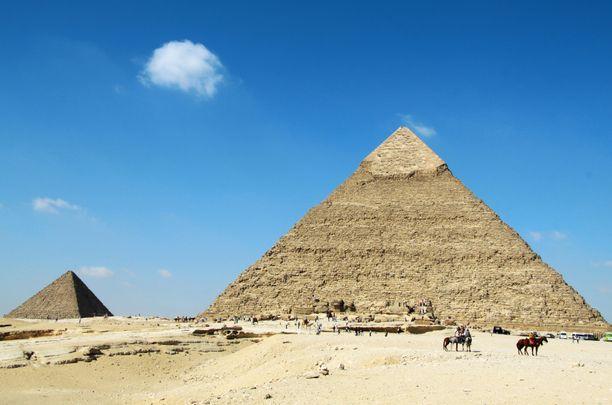 Suosittu turistikohde Gizan pyramidit sijaitsevat Kairon eteläpuolella.
