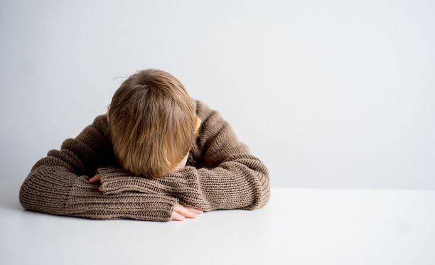 Pojalle aiheutui vanhempien teoista monia ongelmia.