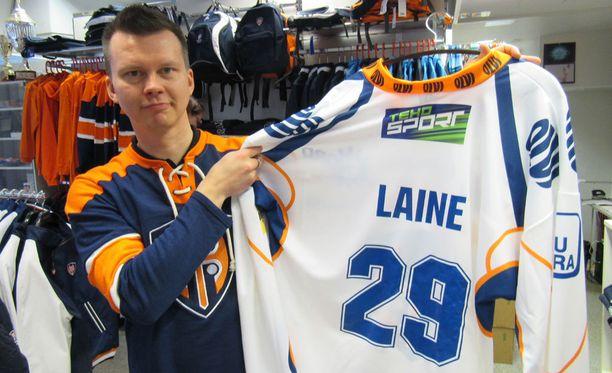 Ex-maalivahti ja fanituotevastaava Mika Lehto näyttää Patrik Laine -paitaa, jota on myyty yrityksille hikisenä suoraan käytöstä.