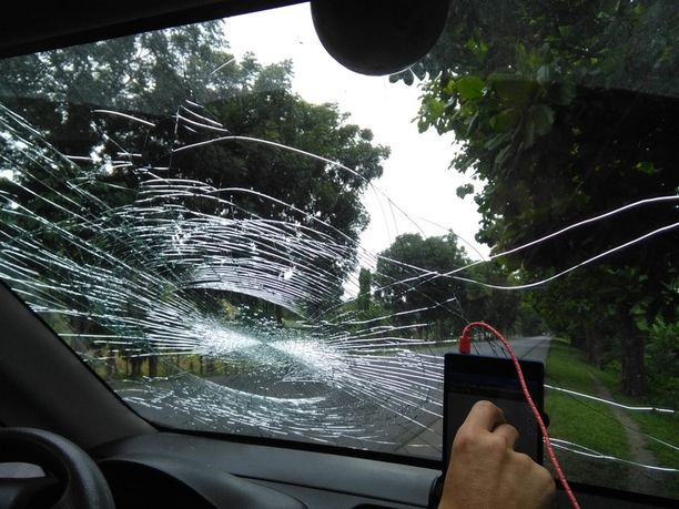 Tuulilasiin tippunut mango rikkoi ikkunan säröille. Tämän näkymän kanssa oli taisteltava noin 5 000 kilometriä.