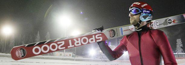 Janne Ahonen treenasi keskiviikkona Rukalla uusilla kohusuksillaan.