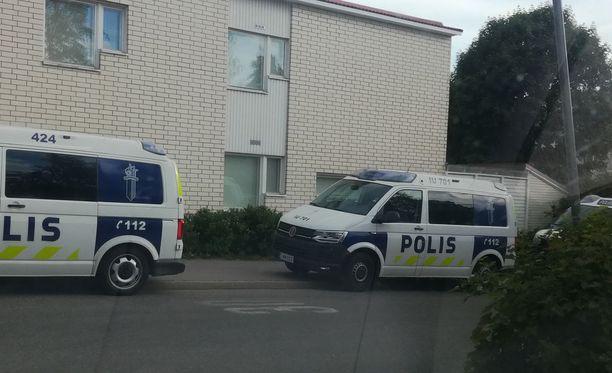 Yksityisasunnon lähettyville oli kerääntynyt useita poliisiautoja.
