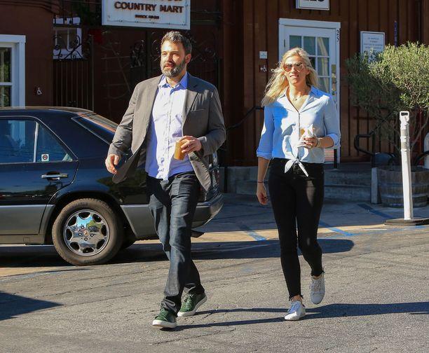 Ben Affleck asuu Los Angelesissa, kun taas Lindsay Shookusin arki pyörii New Yorkissa.