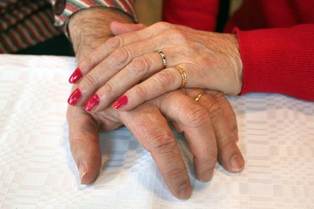 Kosketuksen voima on tärkeä saattohoitoystävän työssä. - Käden pitäminen kädessä tai olkapäälle taputus on voimaannuttavaa kuten meille jokaiselle, Malla Ivalo muistuttaa.