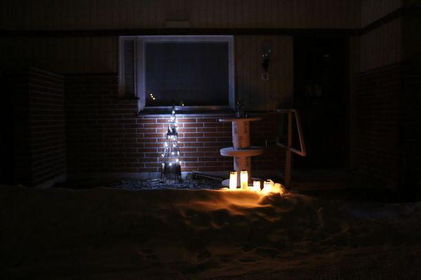 Naapurit toivat kynttilöitä surman uhrin kotitalon eteen pian tapahtuneen jälkeen.