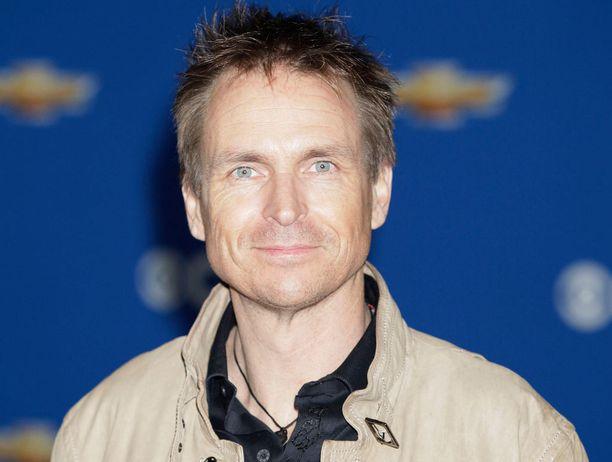 Phil Keoghan on isännöinyt Amazing Race -matkustusrealityä alusta, eli vuodesta 2001, lähtien.