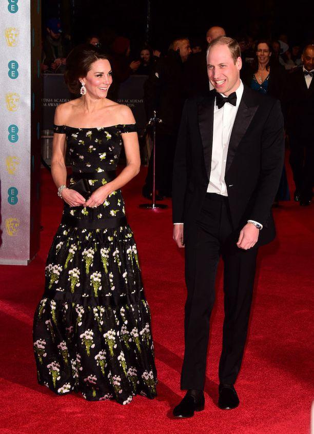 Herttuatar Catherine ja prinssi William Bafta-gaalassa sunnuntaina. Catherine edusti upeassa mustakankaisessa kukka-asussa.