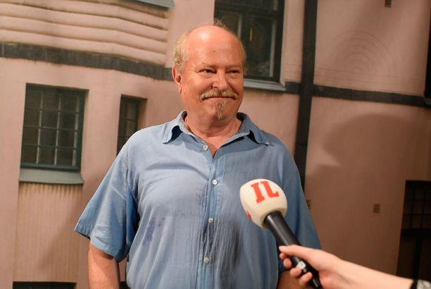 Jarmo Koski edusti iloisin mielin Salatut elämät -sarjan tiedotustilaisuudessa.