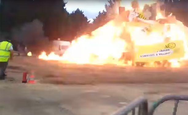 18 ihmistä loukkaantui, kun kokko räjähti lastenjuhlissa.