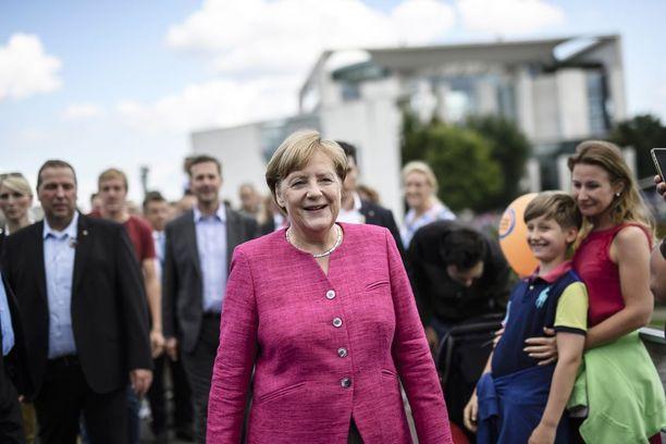 Merkel sanoi haastattelussa, ettei anna äänekkäiden vastustajiensa häiritä kampanjointiaan.