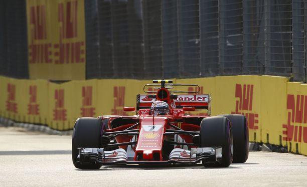 Kimi Räikkönen jäi kauas Red Bullien vauhdista Singaporen GP:n toisissa harjoituksissa.