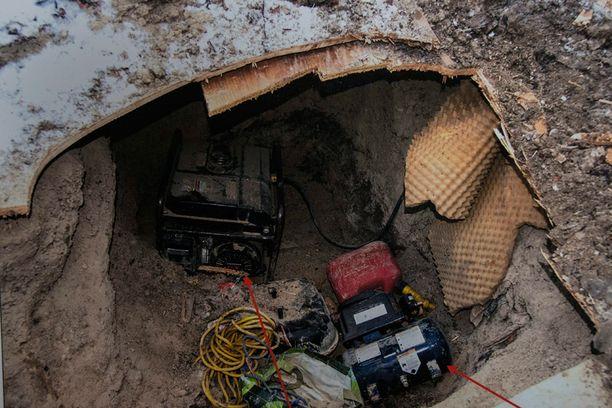 Tunnelissa oli muun muassa generaattori ja pumppu.