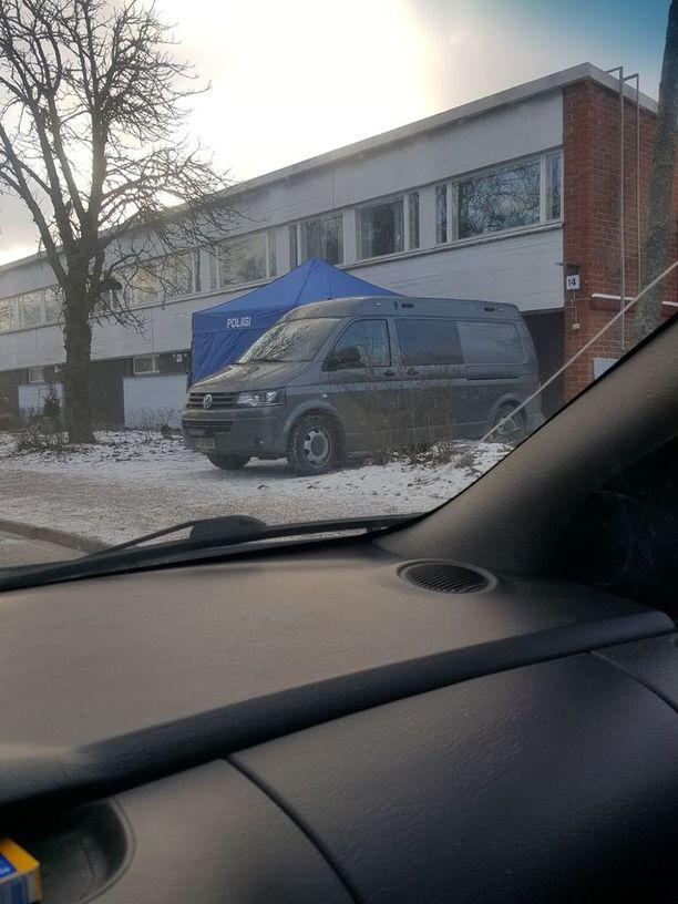 Iltalehden lukija kuvasi poliisin auton ja teltan Kotkassa